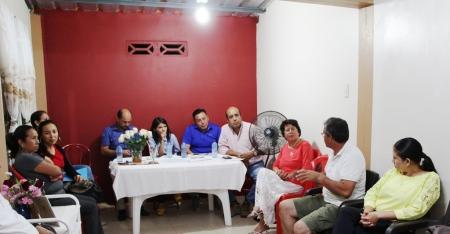 Reunión entre moradores de la Ciudadela Mar y Cielo, funcionarios municipales de Manta y un contratista de obras. Manabí, Ecuador.