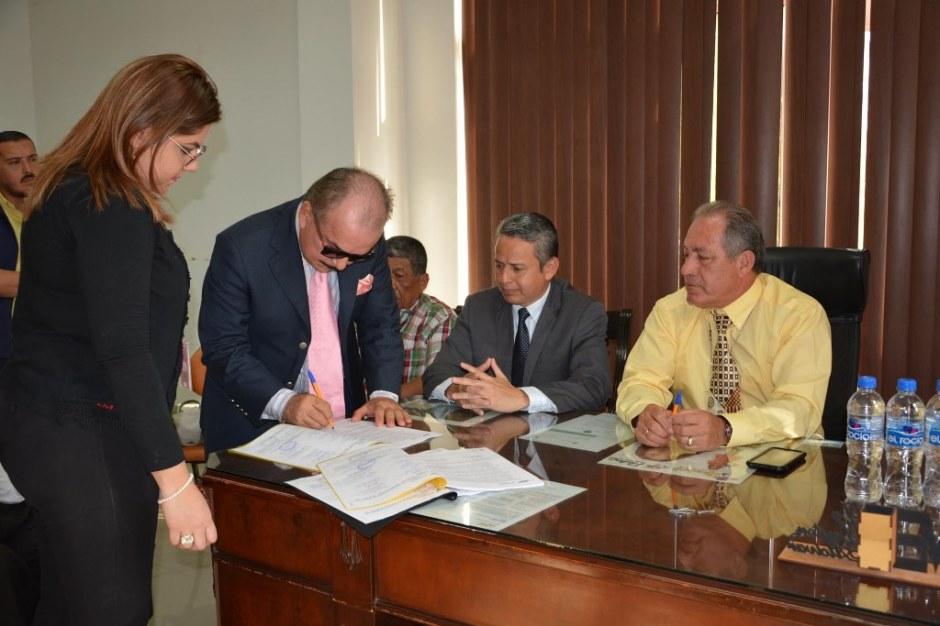 Los respectivos actores suscriben el 6to contrato colectivo de trabajo entre el GAD municipal de Chone y sus gtrabajadores. Manabí, Ecuador.