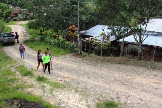 Esta vía rural está a nivel de terraplén, lo que permite el flujo de vehículos entre los sitios Los Ángeles y San Roque, en la Parroquia Santa Rita de Chone. Manabí, Ecuador.