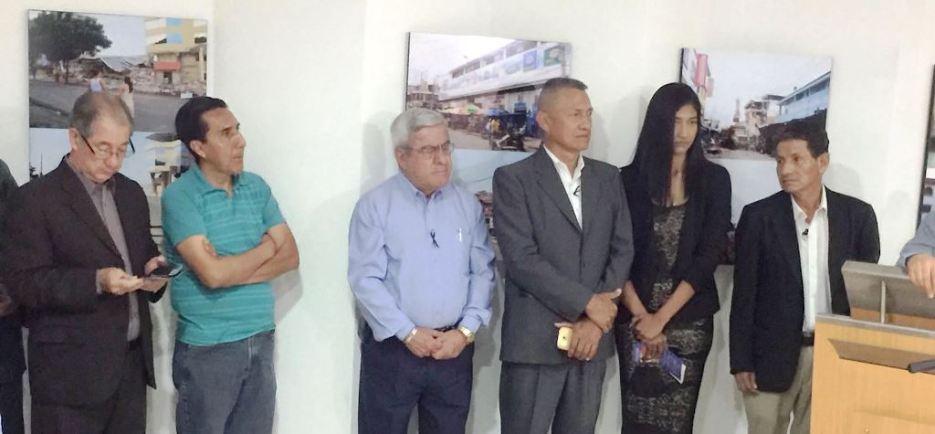 Junto a los dos expositores fotográficos (derecha) constan catedráticos de la Facultad de Ciencias de la Comunicación de la ULEAM.