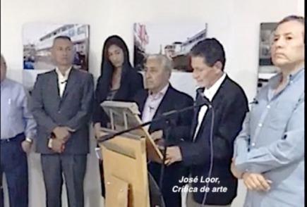 El crítico José Loor presenta la muestra. A su derecha: Joselías Sánchez, Karol y Ángel Tayo.