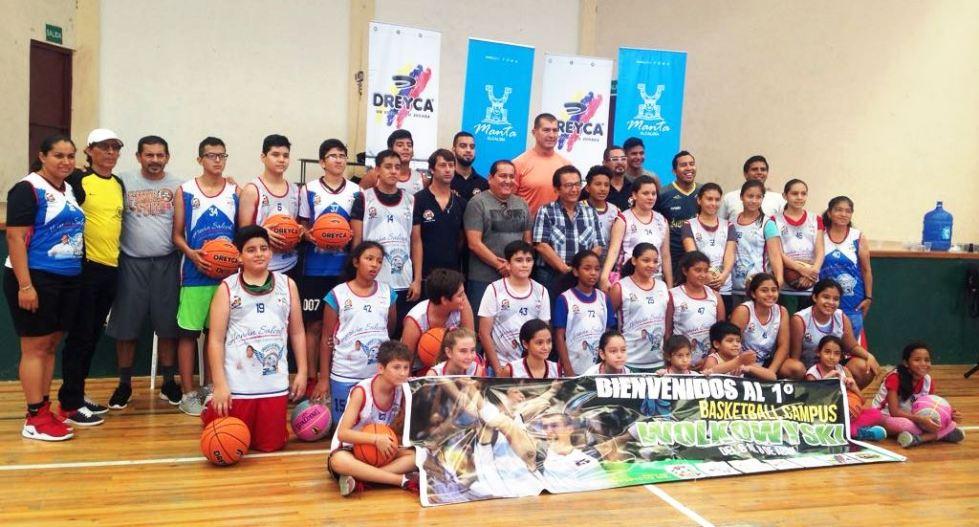 Actores y organizadores del primer Basketball Campus Wolkowyski (Manta), posan con el alcalde Jorge Zambrano en el coliseo de la UE Manabí. Manabí, Ecuador.