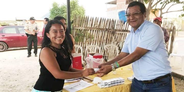 Habitante de Valle Encantado, Parroquia Eloy Alfaro del Cantón Montecristi, recibe un pulsador de alarma comunitaria, de manos del alcalde Ricardo Quijije. Manabí, Ecuador.