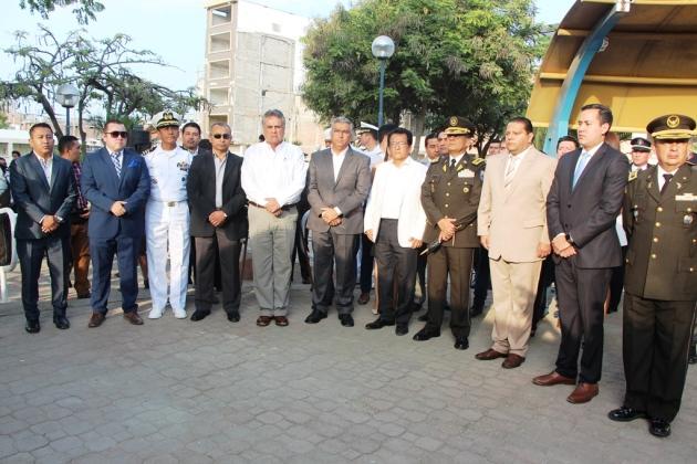 Autoridades públicas ecuatorianas en el Memorial 16A de los caídos en el terremoto de abril 2016, en Manta.