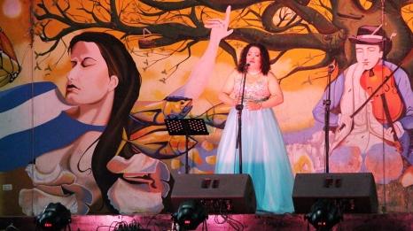 Brenda Castro canta en la concha acústica de la plaza cívica de Manta.