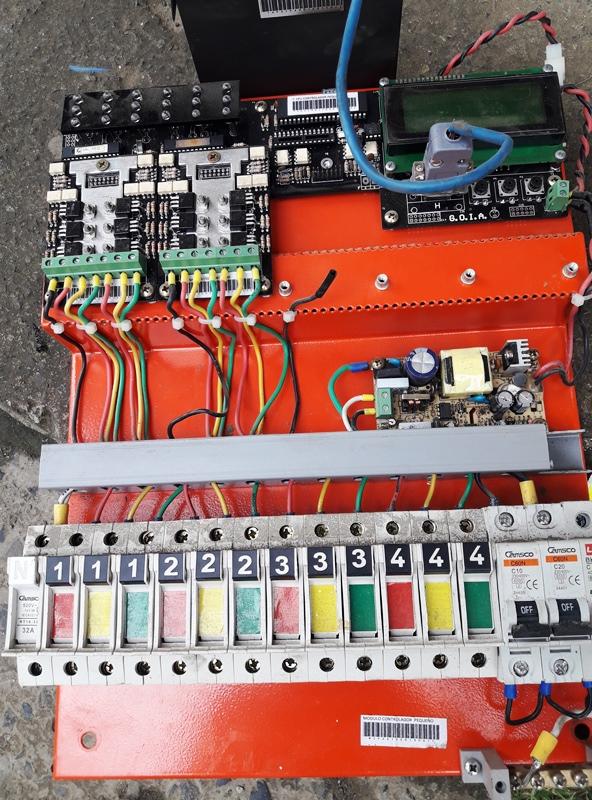 Circuitos electrónicos integrados de un semáforo
