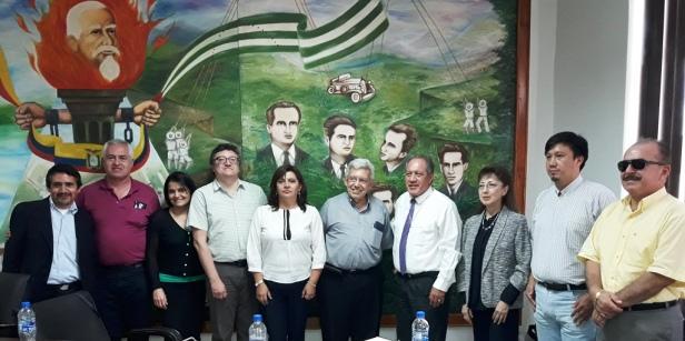 Delegaciones de la Universidad Católica en Manabí y del Gobierno municipal de Chone, reunidas en la Sala de Sesiones del Concejo Cantonal de Chone. Manabí, Ecuador.