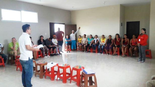 Instructor y cursantes en una jornada de enseñanza-aprendizaje sobre liderazgo. Manabí, Ecuador.