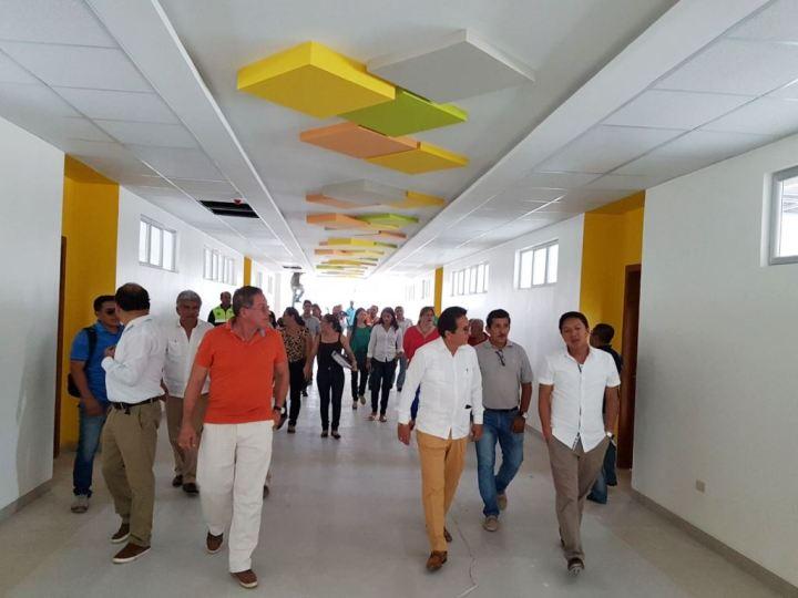 Pasaje principal en el nuevo edificio de la Unidad Educativa San José de Manta. Manabí, Ecuador.