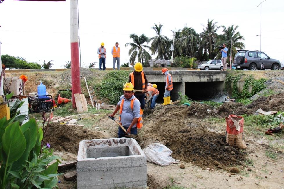 Trabajos de remediación ambiental que hace la Epam son en la playa de Tarqui, junto al Parque del Marisco. Manabí, Ecuador.