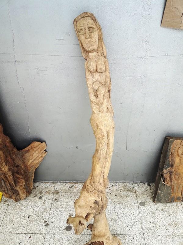 Madre con su bebé, escultura tallada en madera por Carlos Alberto Solórzano Zambrano, de Chone. Manabí, Ecuador.