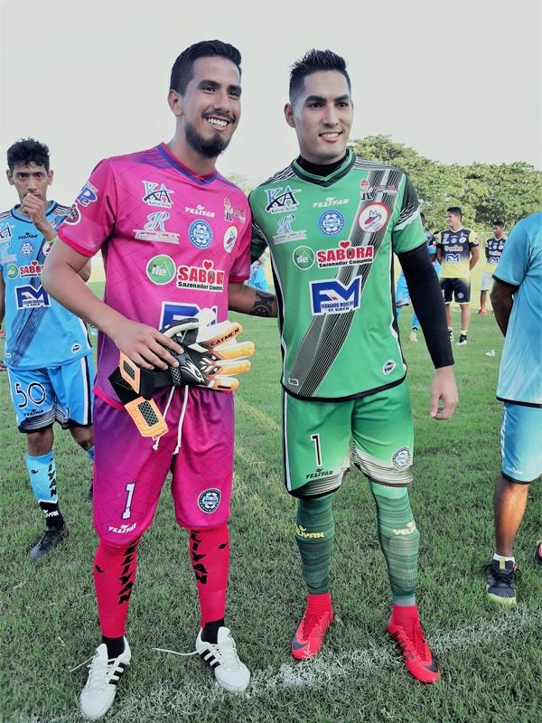 Jugadores del equipo de fútbol Grecia, de Chone, distinguidos por los aficionados. Manabí, Ecuador.