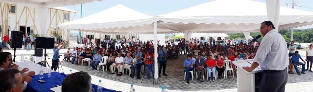 Aspecto general del acto con el que el Miduvi entregó a los beneficiarios las casas construidas en La Chorrera de Pedernales. Manabí, Ecuador.