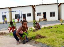 Minga jardinera en el conjunto habitacional Duana I, en Quinindé, Esmeraldas.