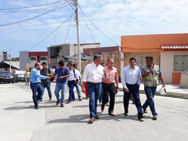 Reciente visita del ministro del Miduvi a los planes habitacionales que se construyen en Manta.
