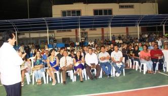 Miembros de la comunidad de Los Esteros escuchan el discurso del alcalde Jorge Zambrano Cedeño.