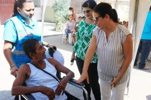 Ana María Suárez entregó la silla rodante y le dijo frases alentadoras al discapacitado con el que dialoga en el Barrio Buenos Aires de Manta.