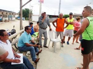 Después de escuchar al mandatario municipal (sentado, camisa celeste), los mandantes expresaron sus inquietudes.