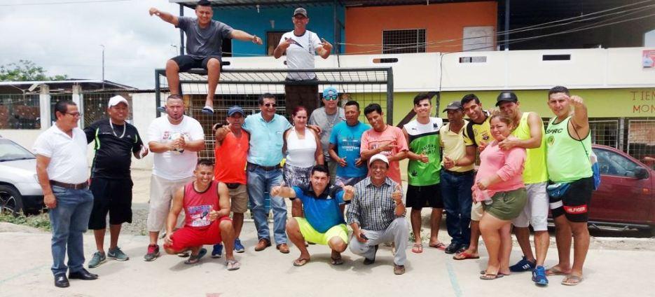El alcalde Ricardo Quijije invitó a sus anfitriones a posar para la foto del recuerdo.