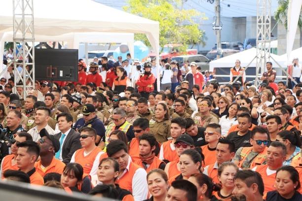 Vista parcial del público congregado en la plaza cívica de Manta.