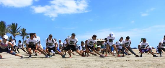Después del trote con recolección de basura, la jornada termina en la playa con diversos ejercicios complementarios.