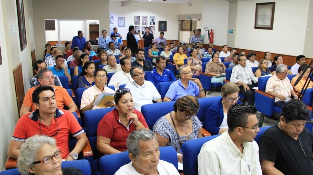 Representantes de organizaciones sociales de Manta presencian la presentación de una plataforma digital municipal para el registro de sus respectivas entidades. Manabí, Ecuador.