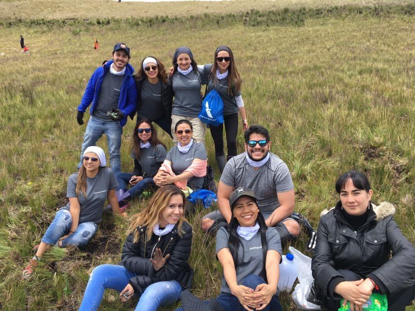 Jóvenes (mujeres y hombres) hacen un alto en su tarea de reforestar una parte del Cerro Atacazo. Quito, Ecuador.
