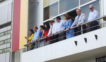 Alcalde y concejales de Chone observan desde el palacio municipal el paso del pregón Bodas de Oro de la U. E. Raymundo Aveiga.
