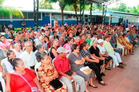 La concurrencia al homenaje a las madres de los proyectos sociales del Cantón Bolívar, en Calceta.