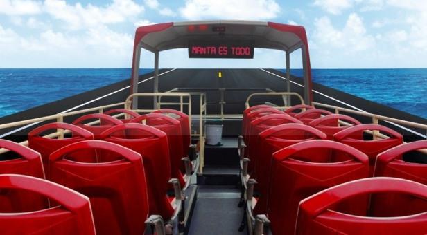 Asientos descubiertos en el piso superior de un bus panorámico para turistas en la ciudad de Manta. Manabí, Ecuador.