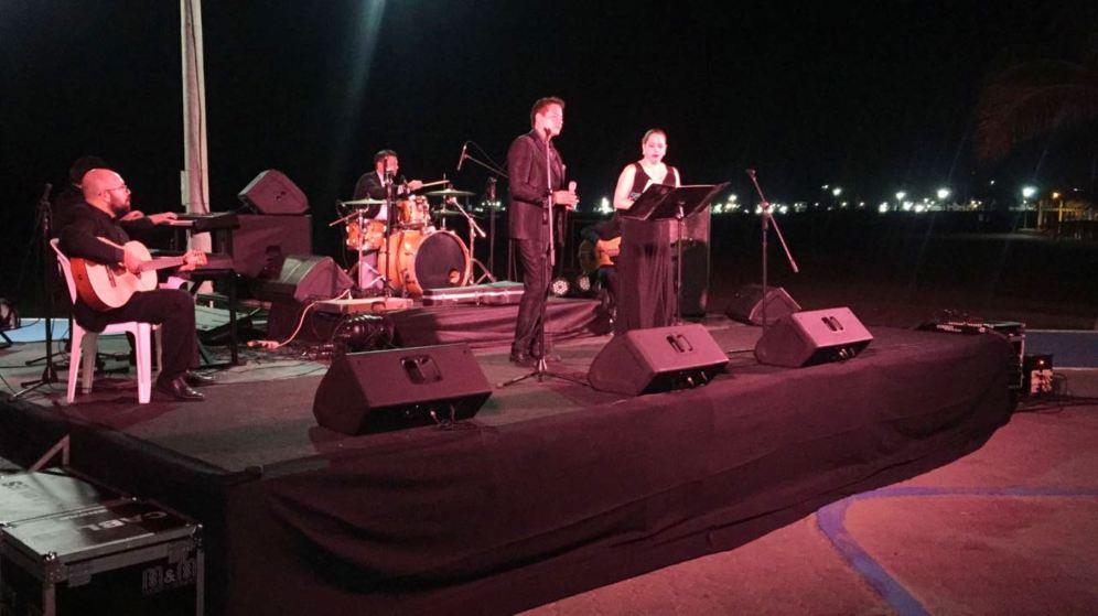 Sthal y Baduy frente al atril; atrás, músicos del Grupo Santhos.