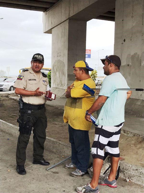 Policía de Migración verifica que trabajadores extranjeros tengan su documentación personal en orden para estar en Manta. Manabí, Ecuador.