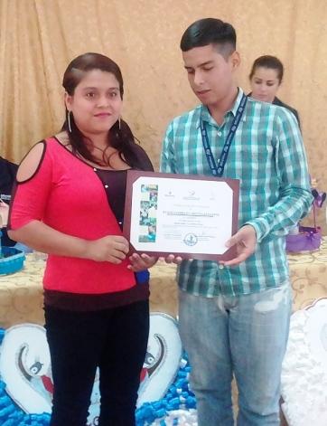 Mostrando el certificado de asistencia y aprovechamiento.