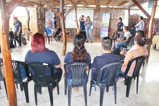 Marcia Chávez, secretaria técnica del Consejo Cantonal de Protección de Derechos de Manta (al fondo, centro), durante su charla.