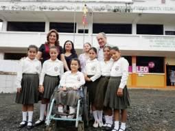 El alcalde Deyton Alcívar y su esposa Genny Macías tuvieron un gesto de inclusión social con esta niña de capacidades especiales.