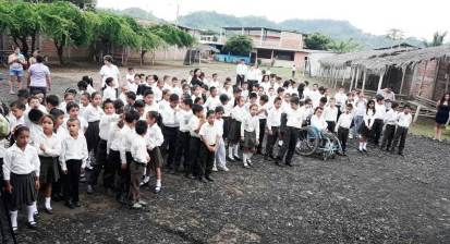 Alumnos de la Unidad Educativa Yelmo Rivadeneira Caicedo.