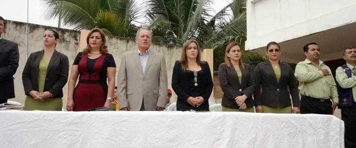 El Alcalde, su esposa y autoridades del plantel durante la ceremonia inaugural.