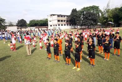 Los equipos competidores se alinearon enfrente de las autoridades del campeonato.