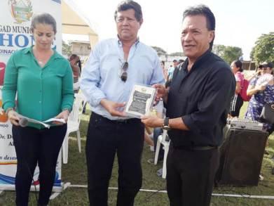 Jaime Zambrano, director municipal de Deportes (c.), premia al patrono del torneo, Telmo Hidalgo Barreto.