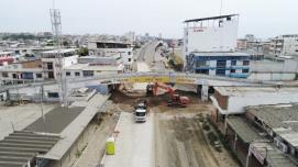 Este era el momento cuando se depositaba tierra suelta bajo el puente para amortiguar la caída de los escombros.