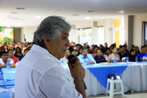 El cardiólogo doctor Manuel Narea, durante su exposición en el segundo foro sobre la hipertensión realizado en el Centro Geriátrico Integral de Manta.