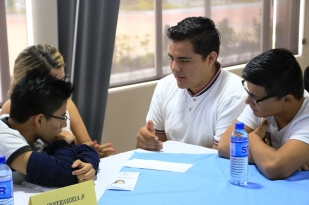 Una de las mesas con estudiantes universitarios que debatieron en el Centro Geriátrico Integral de Manta.