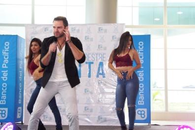 Gianpiero y las bailarinas de su show.