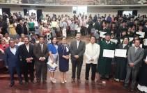 En primer plano constan las autoridades universitarias que presidieron la ceremonia. El rector viste chaqueta blanca.