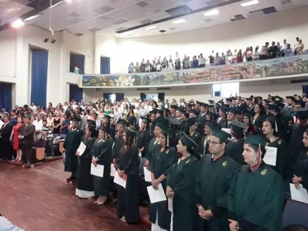 La ceremonia de graduación en el Salón 5 de Mayo de la extensión de ULEAM en Chone.