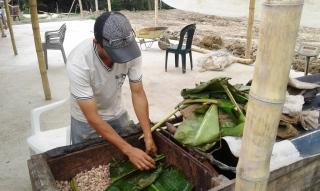 En un espacio del tendal se da tratamiento a los granos en baba del cacao, para después exponerlos a la radiación solar.