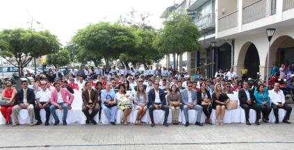 Aspecto general de la concurrencia a la Hora Cívica municipal del día lunes 7 de mayo de 2018, acto en que se homenajeó a cuatro funcionarios municipales de Manta. La reunión se hizo al pie del palacio municipal.