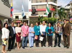 Los cuatro homenajeados (premio en mano) posan con algunos concejales de Manta.
