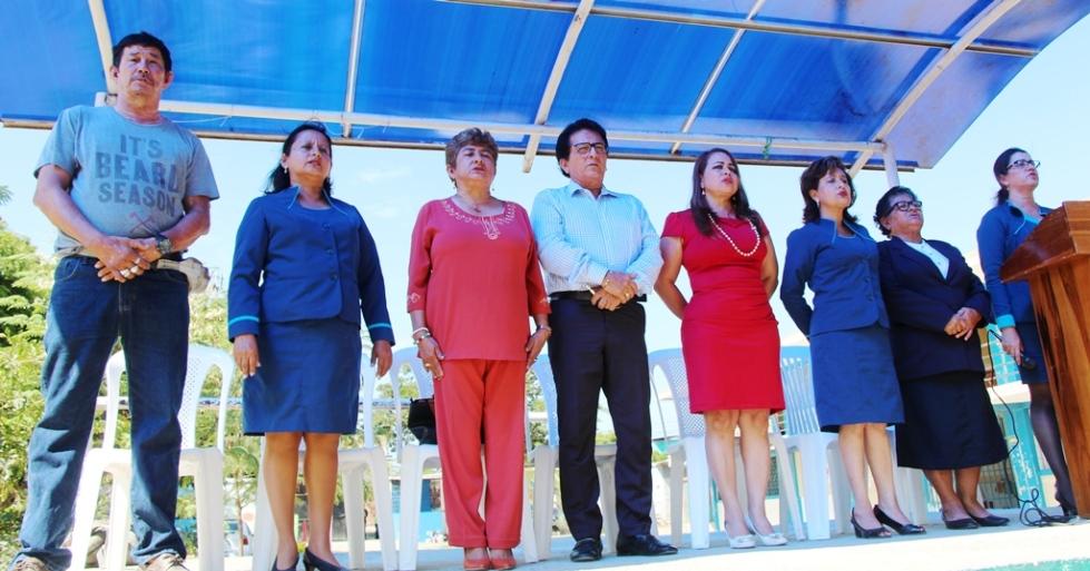 El Alcalde de Manta y las autoridades de la Unidad Educativa Paquisha, en la ceremonia inaugural de la cubierta metálica sobre la cancha principal de este colegio. Manabí, Ecuador.