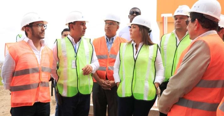 La Vicepresidenta de la República escucha las especificaciones técnicas que reúne la nueva potabilizadora. Le acompañan funcionarios del BDE, de Senplades y del Comité de Reconstrucción posterremoto.